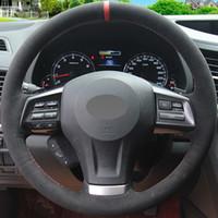 غطاء عجلة قيادة السيارة من جلد الغزال الأسود المطرز يدوياً لسوبارو فورستر XV 2013-2015 Legacy Outback 2013