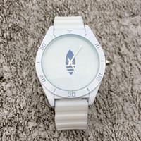 ファッションブランド女性の男性のユニセックス3葉の葉のクローバースタイルのシリコンストラップアナログクォーツの腕時計AD03