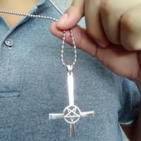 Pentagramme Inversé Croix Lucifer Satan Argent Inox Acier Collier Pendentif (Personnalisé, divers pendentifs de charme, minimum 50)