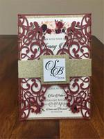El conjunto de invitación de boda de Shimmer Shimmer de Marsala hermosa incluye bolsillo de corte por láser, banda de vientre de brillo dorado, envoltura de invitación impresa