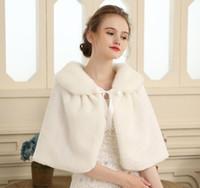 신부 랩 숄 코트 자켓 신부의 결혼식 모피 목도리 그녀의 웨딩 드레스는 케이프로 묶여 있었다