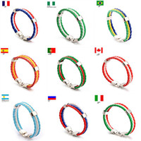 عدد المعجبين جلدية كأس العالم لكرة القدم لكرة القدم فريق سوار مع العلم الوطني الشريط السحر اليدوية مزين الاسورة هدية