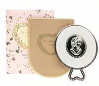 LADUREE Les Merveilleuses miroir de poche Miroir à main vintage en métal. Cosmétique de poche. Miroir de maquillage avec sac de transport.