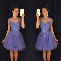 2018 Modest Lavender Sheer Homecoming Dresses 캡 슬리브 레이스 아플리케 벨트 백리스 칵테일 가운 BA9172 벨트와 함께 짧은 댄스 파티 드레스