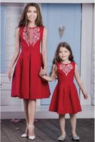 Mère fille robes assorties rouge sans manches fleur d'or impression robe de soirée avec des coutures latérales et fermeture à glissière furtif Maman et moi tenues