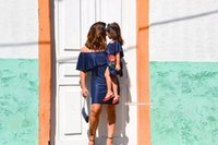 مطابقة الأسرة ملابس الأم و ابنة فساتين روز أحمر الطفل الفتيات خارج الكتف الدينيم الملابس الاطفال الوالد الصيف الأسرة نظرة