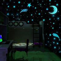 Estilo caliente 80 unids / set pegatinas de pared de plástico luminoso estrellas brillan en la decoración de la pared decal azul 3 cm habitación calcomanía