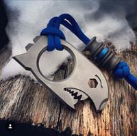Titanyum TC4 Shark Stil Şişe açacağı Prybar Knuckle Duster 70mm x 35mm x 10mm EDC Aracı Taşlanmış Yüzey