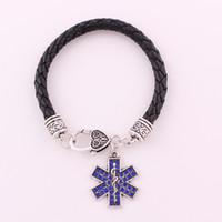Le ali del caduceo del segno del medico ed i bei cristalli blu incantano il braccialetto a catena d'argento antico del braccialetto a catena forniscono il trasporto di goccia