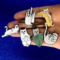 Chat mignon drôle sur branche banane feuille broche broches émail revers badge broches de mode bijoux de mode et navire de sandy