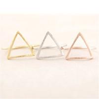 유행 최신 성분 삼각형은 그래픽 반지를 비 웠습니다 여자를위한 금 색깔 반지는 도매 색깔을 섞었다
