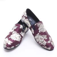 neuer purpurroter Jacquardstoff der Ankunft mit weißen Blumen handgemachte Mannmüßiggänger-Partei und Abschlussballmänner kleiden Schuhe