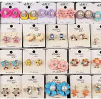 Mezcla aleatoria 10 estilo 10Pairs / lot delicada Crystal Pearl Flower Earrings Opal gemstone screw Pendientes para niña Señora