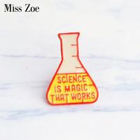 Miss Zoe La science est une magie qui fonctionne Badge en émail Badge Tasse à mesurer Broche Épinglette Bijoux créatifs Cadeaux Broches pour enfants Femmes Hommes