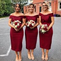 Elegante Bainha Curta Dama de Honra Vestidos 2018 Sexy Dark Red Tea Comprimento Convidados Do Casamento Vestidos recortados Pregas Fora Do Ombro Dama de Honra Dres