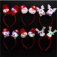 Los niños con cuerno de Elk se visten con el botón de la cabeza de Elk. Los niños de Navidad se disfrazan de regalo.
