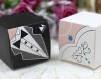(100 Stück / Los = 50 Paare) Braut- und Bräutigamanzug Favor Box in quadratischer Form für Hochzeits-Candy Box und Party-Favoriten 2 Optionen