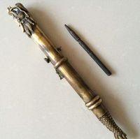 La antigua espada de dragón de bronce china oculta en el brazalete, arma oculta