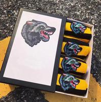 Erkekler ve Kadınlar için yeni varış kurt Nakış Çorap çorap Moda Tasarımcısı Pamuk Unisex Uzun Spor Çorap 2 beyaz + 2 balck ile kutu