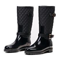 Moda Mulheres Mid-Bezerro Alto Salto Botas de Chuva Slip-On Waterproof Baixa Sólida Tamanho Sólido Design De Calcanhar Fivelas Sapatos