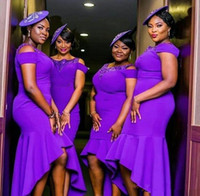 2020 Afrikanische Meerjungfrau Brautjungfer Kleider mit Perlen Schulterfreier Mid der Ehre lila Bridemaid Dress High Low Prom Party Kleider