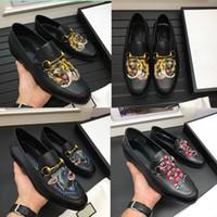부드러운 남성을위한 최고 품질의 브랜드 공식 드레스 신발 검은 동물 자수 정품 가죽 신발 뾰족한 발가락 남자 비즈니스 옥스포드 Casu