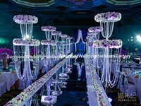 吊り下げクリスタルとフラワースタンドの結婚式の舞台の装飾を持つテーブルの中心部