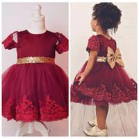 2021 Cute Burgundii Krótki Kwiat Girl Sukienki Koronkowe Aplikacje Długość Kolana Tulle Dziewczyny Korowody Suknie Z Złoto Cekinową Kokardą Back Birthday Suknie