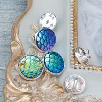 "DoreenBeads Resina Mermaid Fish / Dragon Scale Tie Tac Lapel Pin Broches Redondo color plateado Azul AB Color 14mm (4/8 "") Dia 1PCs"