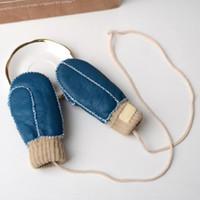 Esterni caldi guanti di pelliccia di inverno dei bambini pecore con dita della pelle di pecora dei bambini di lana appese corde del collo