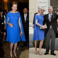 Bescheidene helle blaue Mutter der Braut Kleider mit Cape Plus Size Satin knielangen Abendkleider Hochzeitsgast Kleid nach Maß
