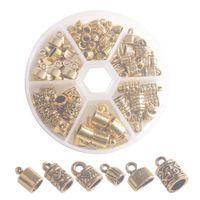 En låda med 100pcs Antiqued Gold Metal Cord End Caps för smycken som gör läderkonst