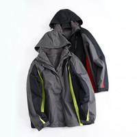 Mann mit dicker warmer Winterwind-Skibekleidung, baumwollgefütterte Jackenmantel-Ladung kann drei Arten von T-Stücken im Tank tragen