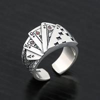 Nueva tendencia Lucky Card Ring Vintage Personalidad de aleación abierta Lucky Punk Card Band Ring con piedras preciosas rojas para hombres y mujeres JZR398
