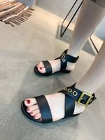 Vendita calda Estate Donna Moda Flat Roma Sandali Femal Hot Summer fibbia in metallo Cross Strap Sandali piatti Black White Open Toe Beach Sandals