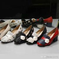 Klasik Orta Topuklu Tekne Ayakkabı Tasarımcısı Deri Kalın Topuk Yüksek Topuklu 100% Inek Derisi Püsküller Yuvarlak Kafa Metal Düğme Kadınlar Küçük Arı Elbise Ayakkabı Büyük Boy 34-42 US4-US11