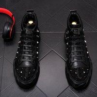 Neue Designer-Männer hohe Qualität verzierte Niet-Spitzen-Freizeitschuhe britischen Mann Trending Freizeit-Schuhe Männlich schwarz weiß Strass