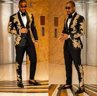 Lo más nuevo negro con oro bordado los hombres se adaptan a dos piezas chal lapella blazer slim fit boda smokes moda para hombre chaqueta y pantalones