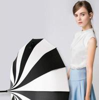 Kreatives Design Gestreifter Schwarzweiß-Golfschirm Gerader Pagodenschirm mit langem Griff