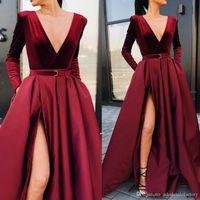 2020 Borgogna profondo scollo a V del raso di alta Split Prom Dresses di una lunga serie maniche increspato gli abiti di sera con le tasche