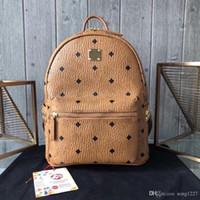mochila icónica clásico con sauce de metal en el lado, bolso práctico y elegante, correa de hombro ajustable. Con compartimentos internos.