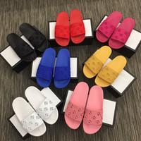 Los agujeros clásicos de goma diapositivas sandalias mujeres de los hombres de la playa del deslizador de moda Chancletas plana antideslizante zapatillas de diseño de fondo con la caja EU35-46