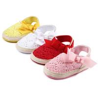 Zapatos de bebé de la sandalia de los niños primeros caminante Bowknot hueco Prewalker del verano del niño de ganchillo Zapatos Moda suave suela antideslizante de la zapatilla de deporte YFA942