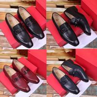 穏やかな男性の黒純正革の靴のための最高品質のブランドのフォーマルなドレスの靴尖ったつま先の男性のビジネスオックスフォードカジュアルシューズ