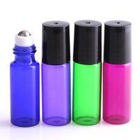 Verre Bleu Violet Vert Rouge Bouteilles Roller 5ml Flacons Conteneurs à billes et à rouleaux en métal Couvercle en plastique noir pour Lot Huile essentielle