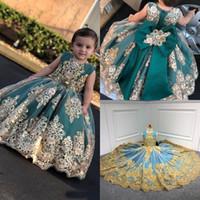 2020 Mignon petite fleur Robes filles avec dentelle d'or Applique longues Pageant Robes Bow bébé enfant en bas âge Communion Robes