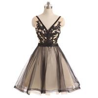 세련된 V 넥 민소매 얇은 명주 그물 흑백 댄스 파티 드레스 짧은 레이스 아플리케 뎁 홈 커밍 드레스 낮은 V 돌아 가기 저렴한 파티 드레스