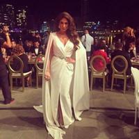 Nancy Ajram vestidos de noche partidos inspirados en el cinturón de metal de Zuhair Murad con satén árabe con cuello en V Vestidos de celebridades árabes 2019 Vestidos de baile