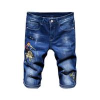 Mens pantalones vaqueros cortos del bordado de la impresión recto delgado pantalones vaqueros del verano longitud de la rodilla Pantalones cortos Distrressed de manera masculino