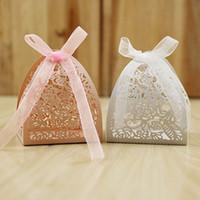 Toptan Gül Çiçekler Hollow Lazer Kesim Düğün Şeker Favor Kutuları Kişilik Hollow Düğün Kelebek Süslenmiş Şeker Çikolata Kutusu Resmi